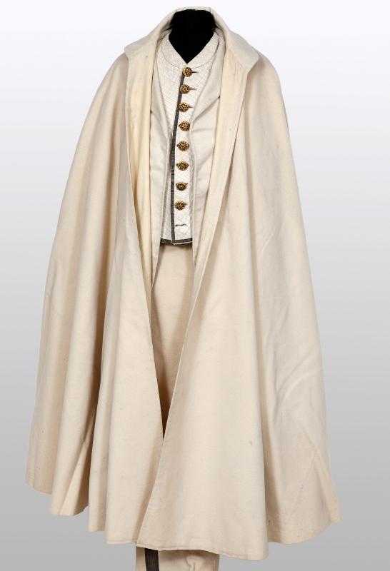 Costum cu pelerină