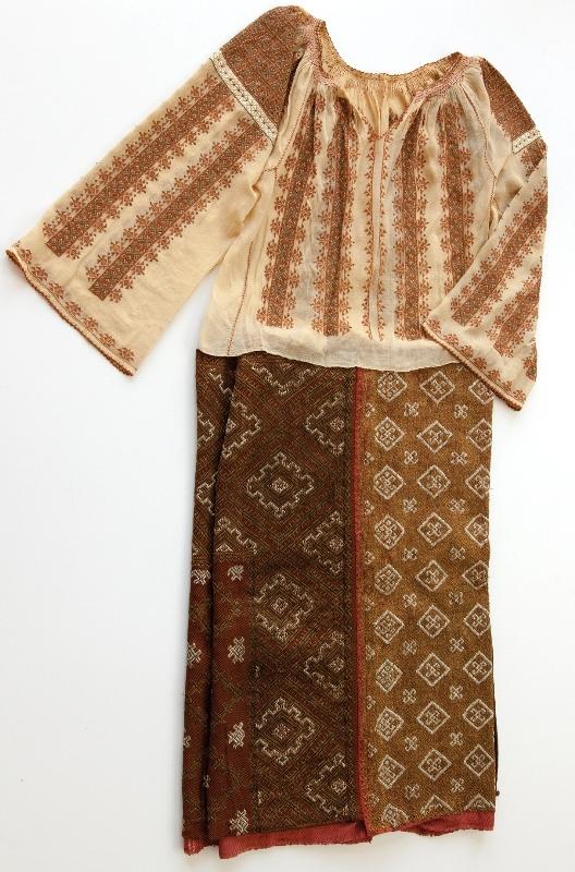 Costum popular muscelean