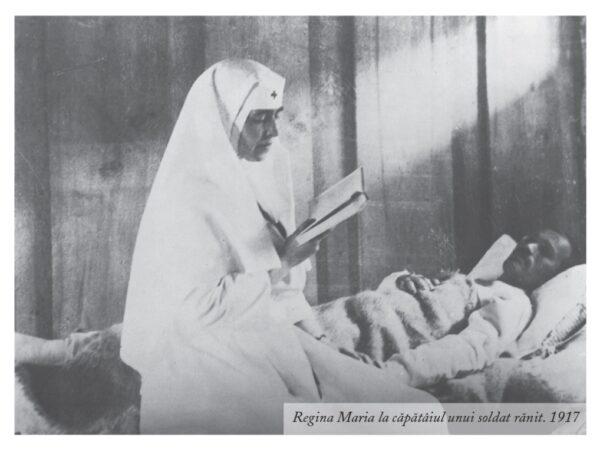 Regina Maria la căpătâiul unui soldat rănit