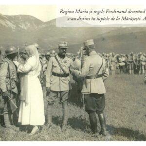 Regina Maria și regele Ferdinand decorând soldații care s-au distins în luptele de la Mărășești