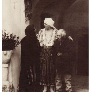 Regina Maria alături de doi țărani, la Castelul Bran