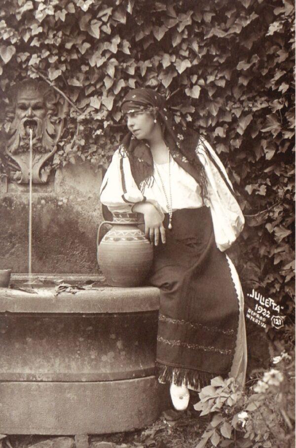 Regina și costumul tradițional românesc